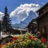 Casas del pueblo de Cervino y de Zermatt, Suiza Foto de archivo libre de regalías