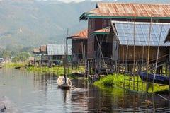 Casas del pueblo de Thaut de la mina del lago Inle Imagen de archivo