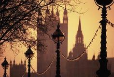 Casas del terraplén de las lámparas del parlamento fotos de archivo