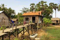 Casas del zanco en un pequeño pueblo cerca de Kratie, Camboya imagen de archivo libre de regalías