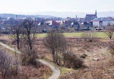Casas delante de las montañas gigantes, Jelenia Gora, Polonia Imagen de archivo libre de regalías