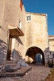 Casas dentro de la ciudad antigua de Lubenice en Cres Fotografía de archivo libre de regalías