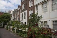 Casas dentro de la corte del Beguinage de Amsterdam fotos de archivo