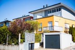 Casas destacadas modernas com telhado liso e garagem fotografia de stock royalty free