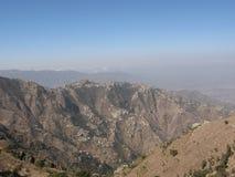 Casas dispersadas nas montanhas de Yemen imagens de stock royalty free
