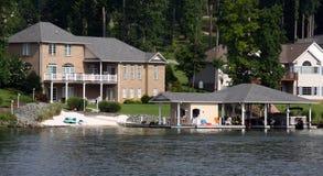 Casas do beira-rio com Boathouse imagem de stock royalty free