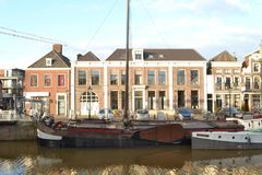 Casas do canal e barcos antiquados em Thorbeckegracht em Zwolle Foto de Stock