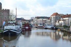 Casas do canal e barcos antiquados em Thorbeckegracht em Zwolle Imagens de Stock