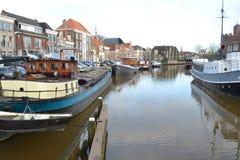 Casas do canal e barcos antiquados em Thorbeckegracht em Zwolle Fotografia de Stock
