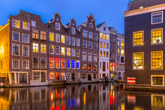 Casas do canal em Amsterdão crepuscular Fotos de Stock