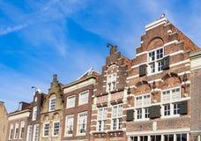 Casas do frontão da fileira em Dordrecht na rua Nieuwstraat e no quadrado Statenplein Os Pa?ses Baixos imagem de stock