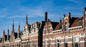 Casas do frontão da fileira na rua Kromhout, em Dordrecht, os Países Baixos fotos de stock royalty free