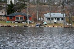 Casas do lago - bens imobiliários Fotos de Stock Royalty Free