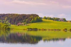 Casas do lago cercadas por floresta misturada em um dia nebuloso imagem de stock royalty free