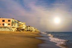 Casas do Oceanfront da praia de Malibu em Califórnia foto de stock royalty free