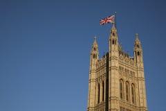 Casas do parlamento com a bandeira de Union Jack, Londres fotos de stock royalty free