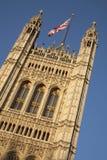 Casas do parlamento com a bandeira de Union Jack, Londres Fotografia de Stock Royalty Free
