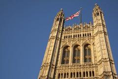 Casas do parlamento com a bandeira de Union Jack, Londres Imagens de Stock Royalty Free