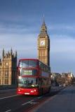 Casas do parlamento com o barramento vermelho em Londres Fotos de Stock Royalty Free