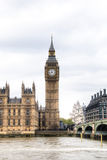 Casas do parlamento com torre de Big Ben e da ponte de Westminster em Londres, Reino Unido Imagens de Stock