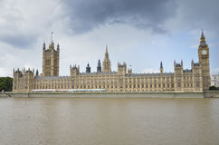 Casas do parlamento, do cais local para barcos, do Big Ben, e do Thames River Imagem de Stock Royalty Free
