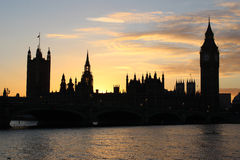Casas do parlamento e de Ben London grande no por do sol Foto de Stock