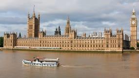 Casas do parlamento no rio Tamisa, Londres, Inglaterra Fotografia de Stock Royalty Free