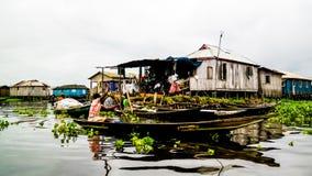 Casas do pernas de pau na vila de povos de Ganvie Tofinu no Nokou imagens de stock royalty free