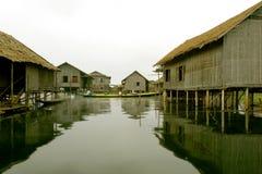 Casas do Stilt no lago Imagens de Stock
