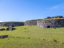 Casas do tijolo nas ruínas da vila de Orongo em Rano Kau Volcano - Ilha de Páscoa, o Chile Fotos de Stock Royalty Free