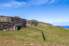 Casas do tijolo nas ruínas da vila de Orongo em Rano Kau Volcano - Ilha de Páscoa, o Chile Imagem de Stock