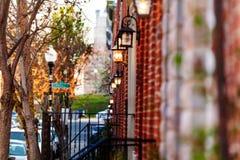 Casas do tijolo vermelho com a lâmpada nas paredes, Baltimore foto de stock royalty free