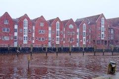 Casas do tijolo vermelho em um beira-rio Mar do Norte, Husum, Alemanha Fotografia de Stock Royalty Free