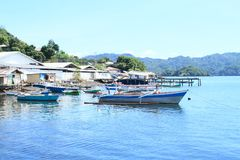 Casas dos pescadores e barcos ancorados no mar Fotos de Stock Royalty Free