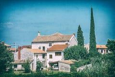 Casas e árvores de cipreste apedrejadas, pacote, Croácia foto de stock royalty free