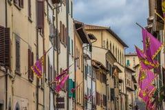 Casas e bandeiras velhas no centro de Arezzo Fotografia de Stock