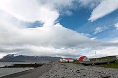 Casas e barco na ilha de Vigur, Islândia Foto de Stock