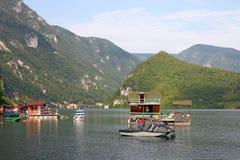 Casas e barcos de flutuação no rio Foto de Stock Royalty Free