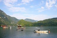Casas e barcos de flutuação no rio de Drina Fotos de Stock Royalty Free