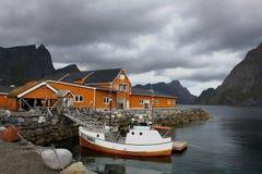 Casas e barcos fora das ilhas da costa de Lofoten, Noruega Imagens de Stock