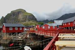 Casas e barcos fora das ilhas da costa de Lofoten, Noruega Fotografia de Stock Royalty Free