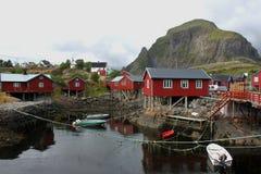 Casas e barcos fora das ilhas da costa de Lofoten, Noruega Imagem de Stock Royalty Free