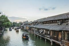 Casas e barcos no rio no crepúsculo em Wuzhen, China imagens de stock royalty free