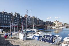 Casas e barcos tradicionais no porto velho de Honfleur Normandy, France foto de stock
