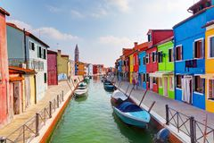Casas e canal coloridos na ilha de Burano, perto de Veneza, Itália. Imagem de Stock