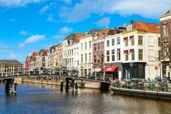 Casas e da ponte baixa tradicionais dentro de Leiden, Países Baixos Fotos de Stock Royalty Free
