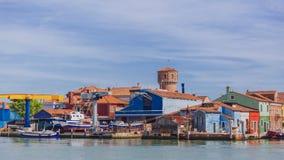 Casas e estaleiro coloridos sobre a água, na ilha de Burano fotos de stock
