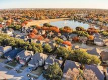 Casas e folhagem de outono da beira do lago da vista superior perto de Dallas, Texas fotografia de stock royalty free