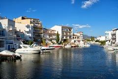 Casas e hotéis bonitos nas costas do canal em Empuriabra imagem de stock royalty free