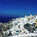 Casas e hotéis brancos bonitos em Santorini fotos de stock royalty free